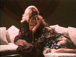 Babes lesbiennes classiques donnant une fissure humide baiser