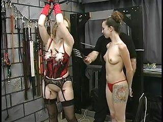 Grueso gran gazoo sm lesbo es torturado por su esclavista y mastix en la mazmorra